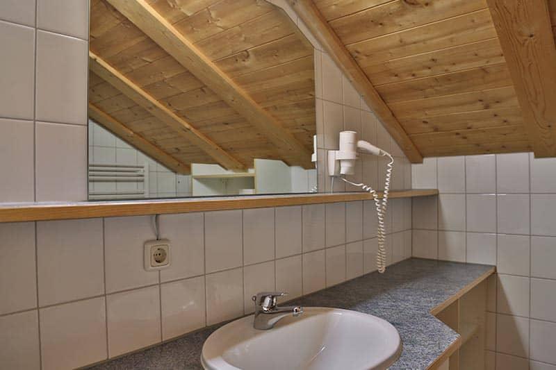 Ferienwohnung Tannberg Badezimmer